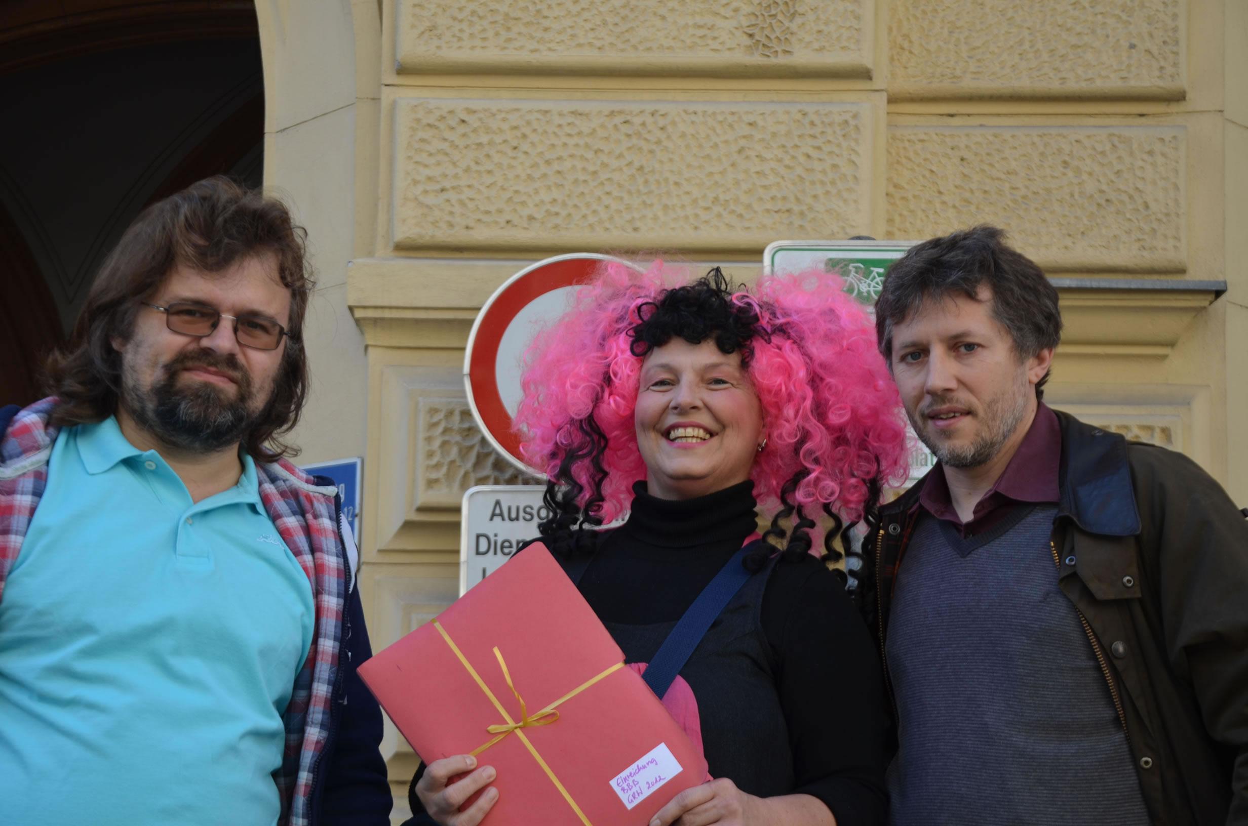Betty Baloo Bande Wahleinreichung: Betty Baloo und 2 Kandidaten vor dem Grazer Rathaus