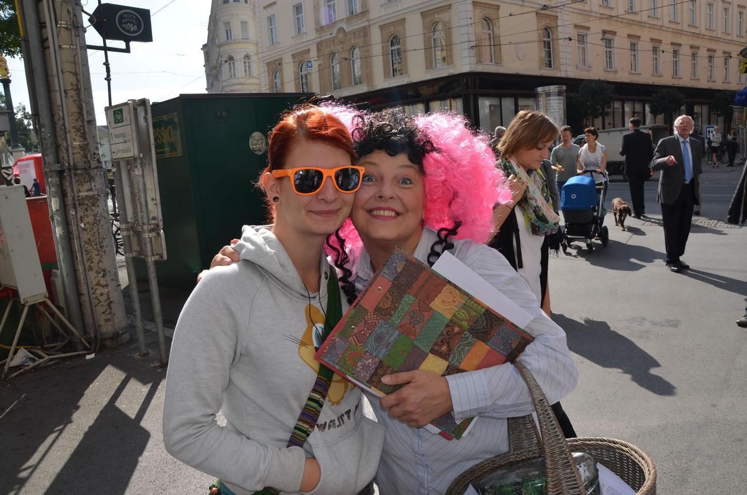 Betty Baloo sammelt Unterschriften Grazer Gemeinderatswahlen mit Brillenfrau