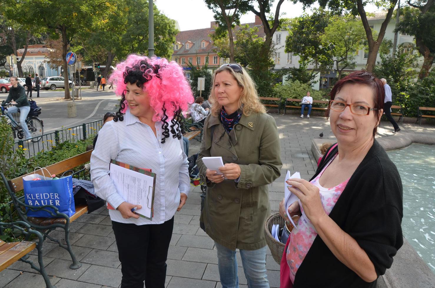 Betty Baloo sammelt Unterschriften Grazer Gemeinderatswahlen am Eisernen Tor