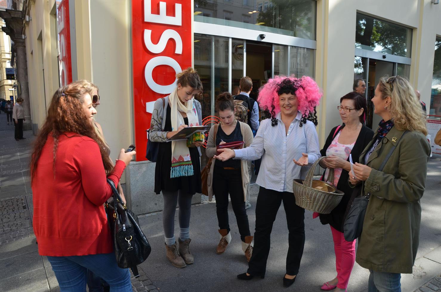 Betty Baloo sammelt Unterschriften Grazer Gemeinderatswahlen vor Buchhandlung Moser