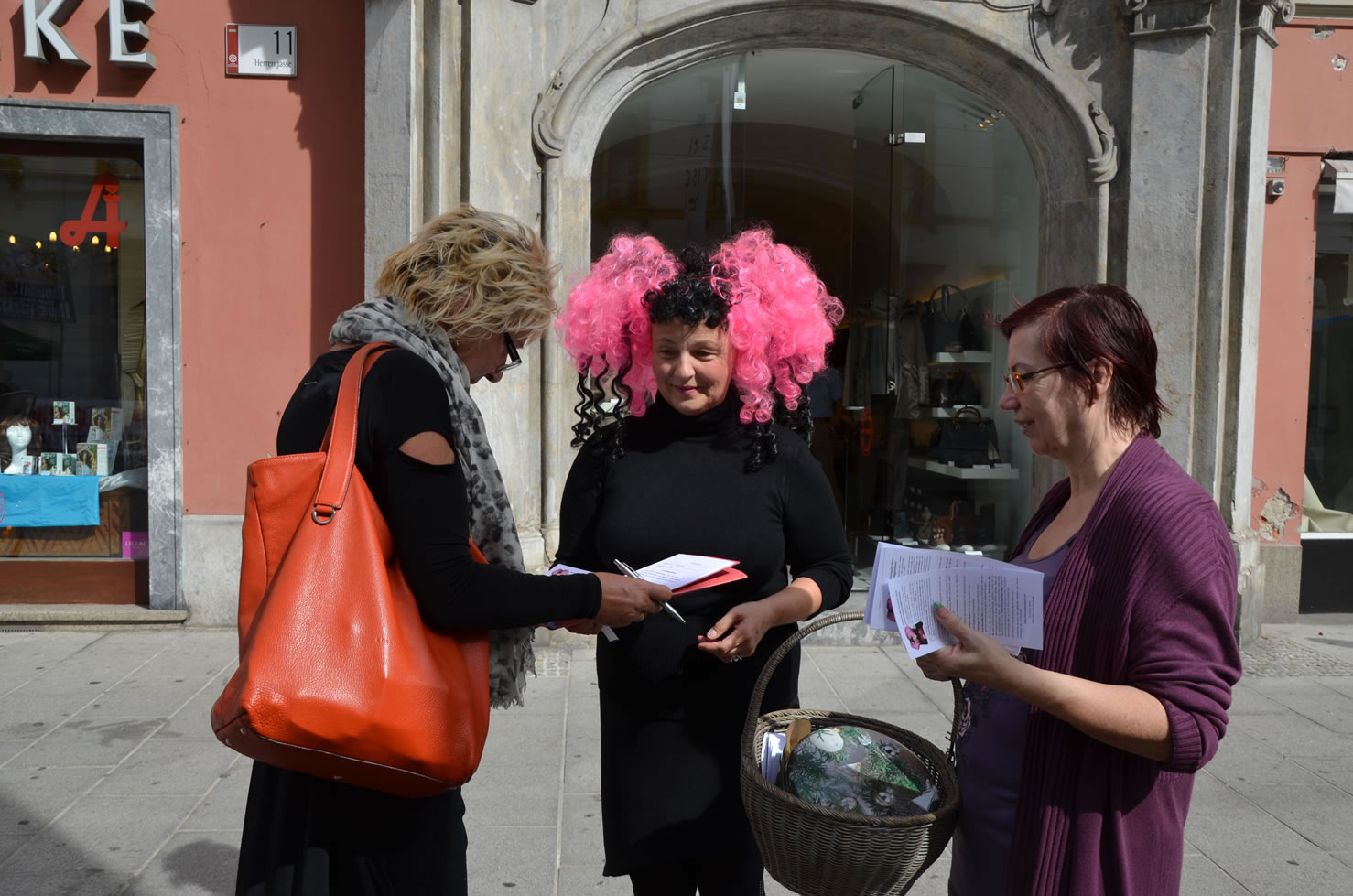 Betty Baloo sammelt Unterschriften Grazer Gemeinderatswahlen Herrengasse 11