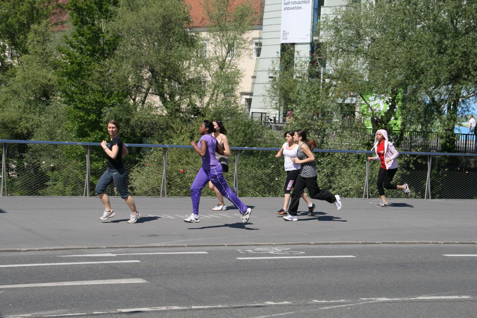 Zeichnen gegen Kürzungen: Läuferinnen